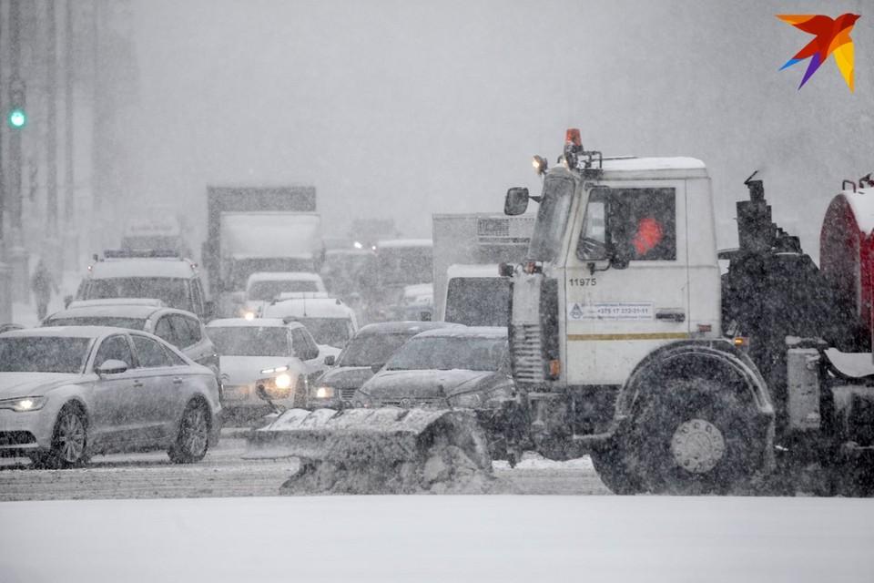 В Минске организуют беспрерывную работу по уборке снега с проезжей части.