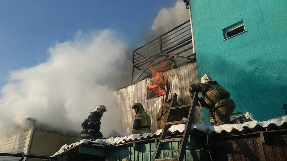 Огонь распространился на площади в 600 кв. метров.