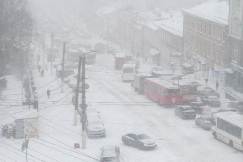 Уже в пятницу утром на улицах Кирова образовался дорожный затор. Фото: vk.com/meteokirov