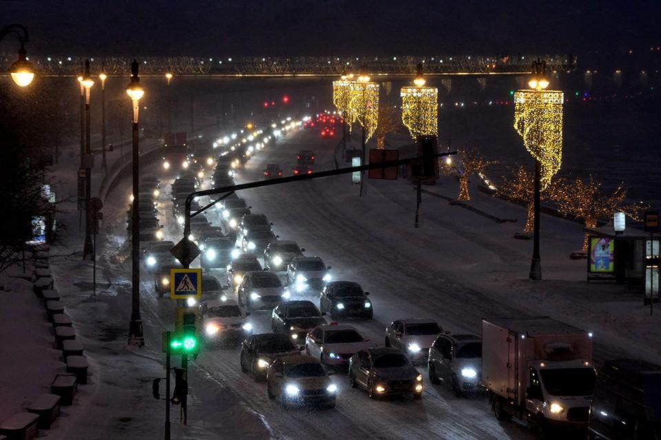 Снегопад спровоцировал заторы на московских дорогах.