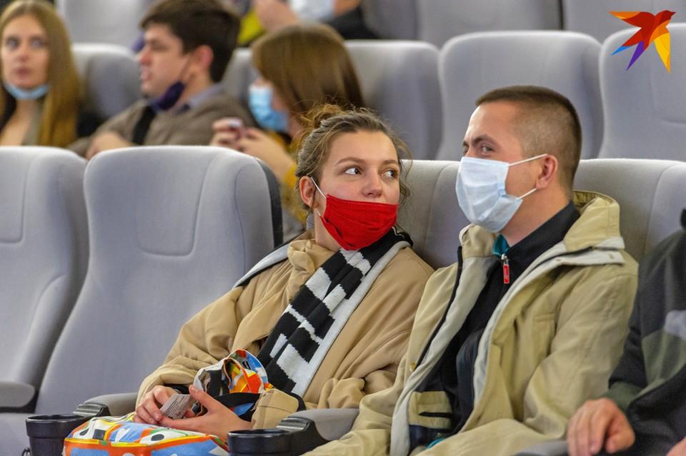 """По расчетам министра здравоохранния, пандемия как минимум до июня будет проходить """"с высокой интенсивностью, пока штамм не станет сезонным""""."""