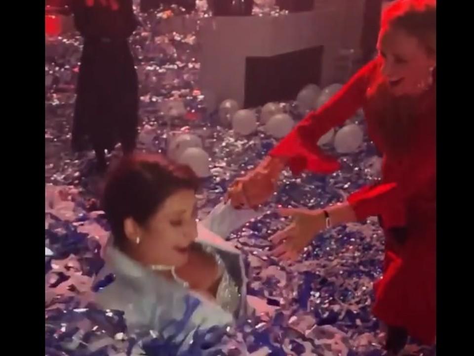 Жасмин и Навка упали в конфетти. Скриншот видео.