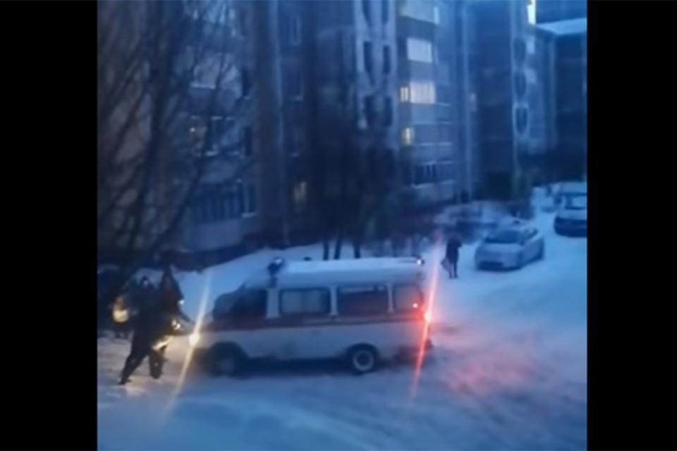 Из-за снега машина скорой помощи не смогла выехать со двора - местным жителями пришлось толкать ее. Фото: кадр из видео Інфа-Кур'ер.
