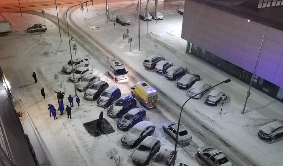 На улице Пермякова в Тюмени парень выпал из окна и разбился.