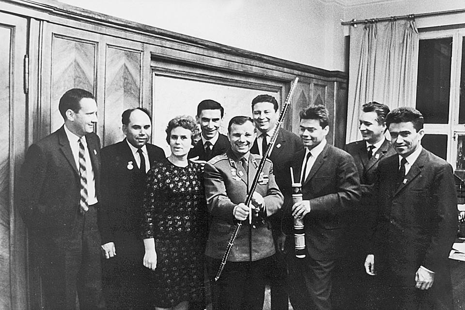 Юрий Гагарин в редакции «Комсомолки». Справа от него - Борис Панкин