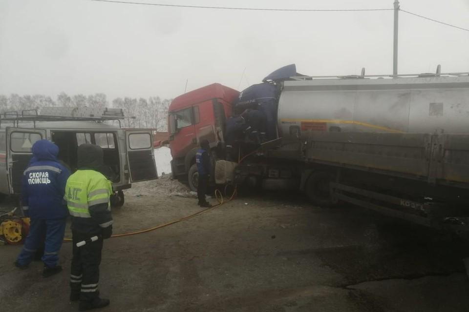 Под Новосибирском, вечером 15 февраля, столкнулись фура и бензовоз. Фото: ГУ МЧС по НСО