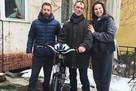 «Еле сдерживал слезы»: дворнику Владимиру вручили велосипед, купленный на народные деньги