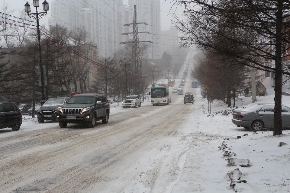 Подъемы и спуски к главным улицам города занесены снежной кашей
