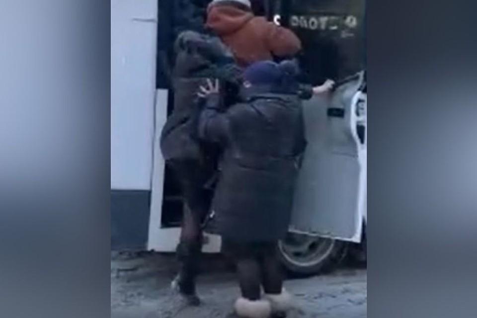 Новосибирцы утрамбовывают друг друга в маршрутку, заполненную пассажирами. Фото: стоп-кадр