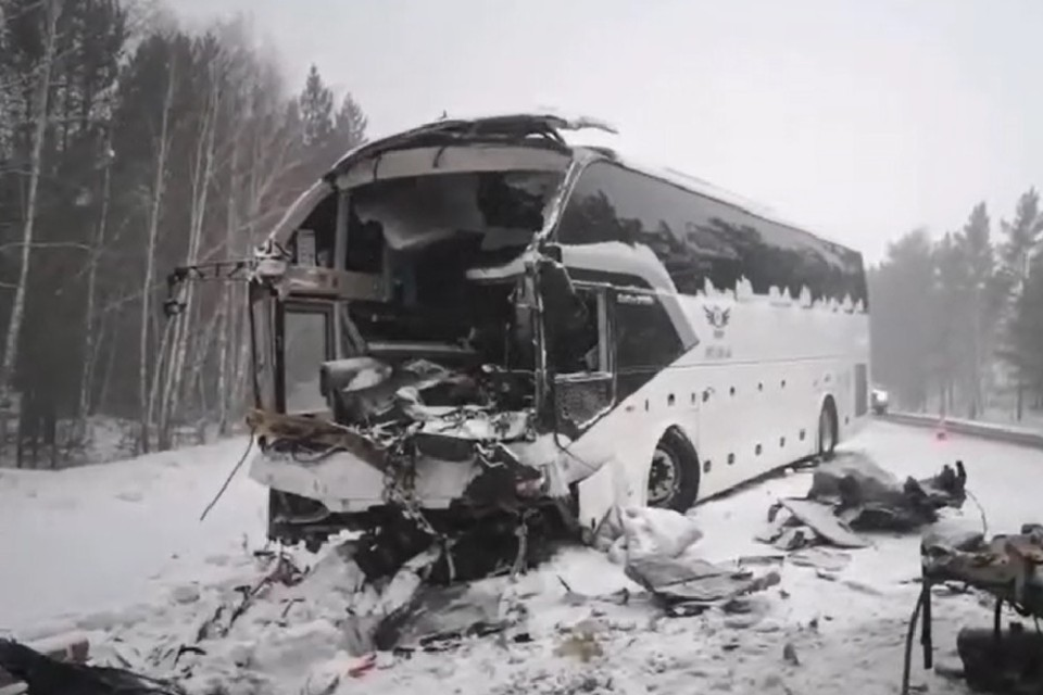 Новое видео с места ДТП с автобусом под Братском 17 февраля 2021: сначала легковушка врезалась в лесовоз