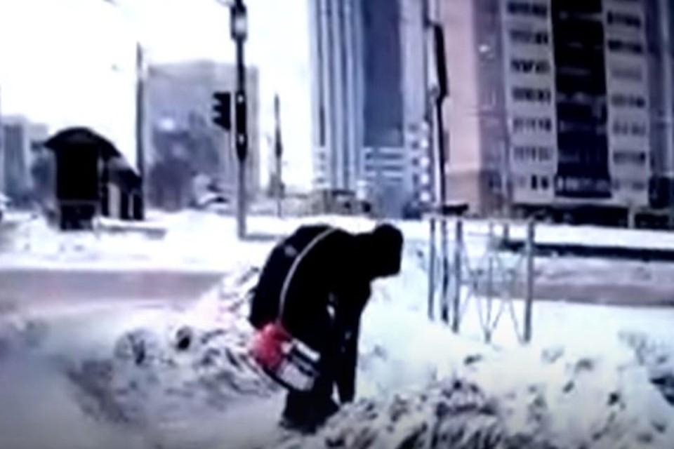 Новосибирец подобрал телефон, который выронила девушка. Фото: стоп-кадр