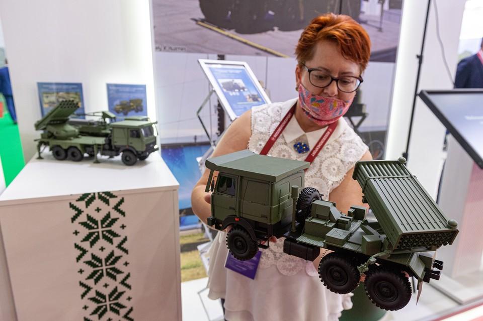 Модели систем реактивного залпового огня на выставке вооружений Международного военно-технического форума `Армия-2020`в военно-патриотическом парке `Патриот`.