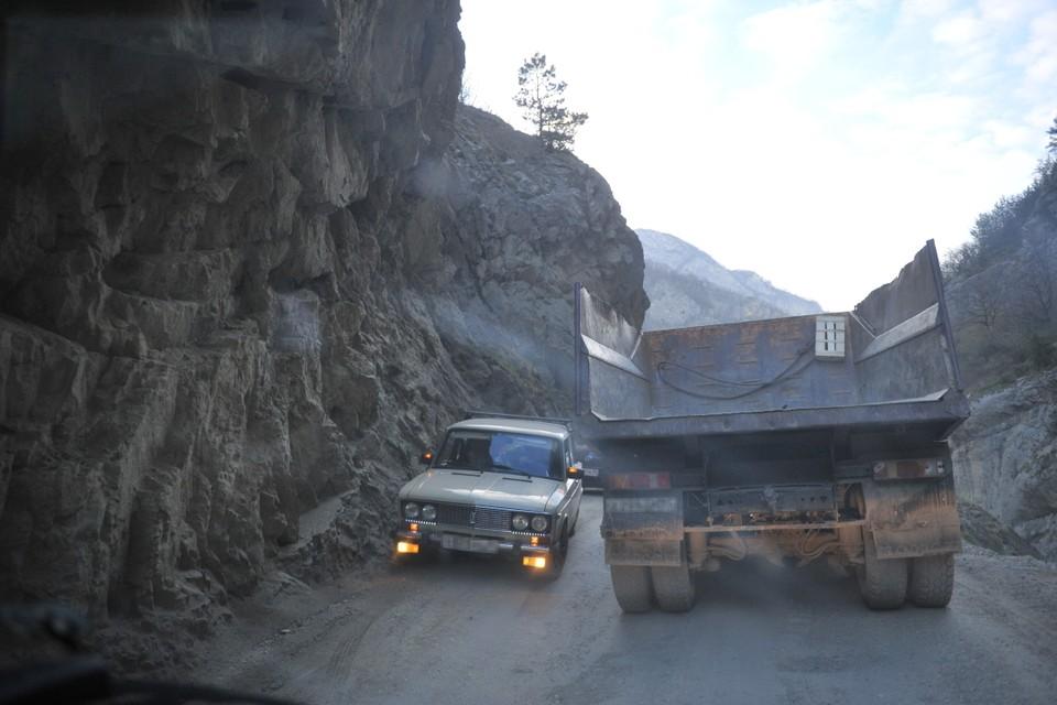 В Веденском районе Чечни микроавтобус сорвался с горной дороги в пропасть