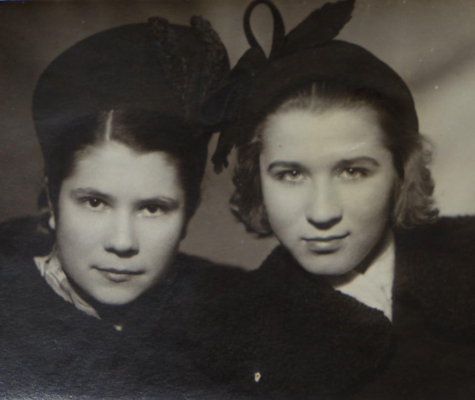 На этом снимке наша героиня Лина Антоновна справа.