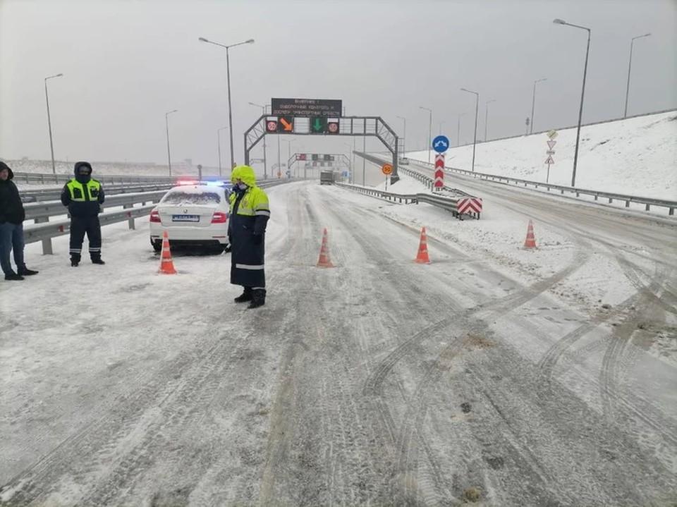 Крымский мост впервые перекрыли из-за снегопада. Фото пресс-службы ГИБДД по краю