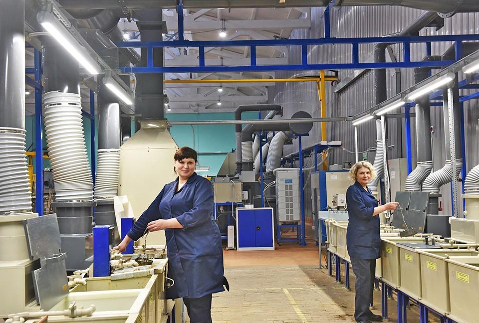 На снимке: гальваники Ольга Юматова и Елена Зубкова на новых рабочих местах. Фото: Елена Галкина