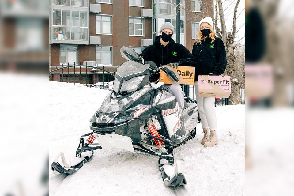 Служба доставки пересадила курьеров на снегоходы.
