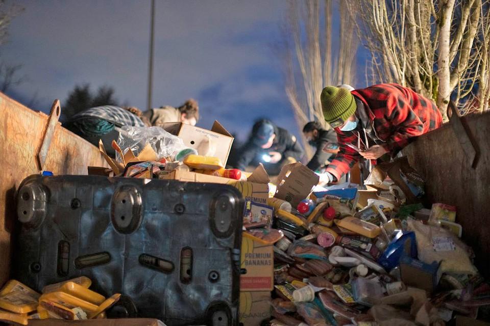 В городе Портленд жители вступили в конфликт с полицией из-за выброшенных продуктов. Фото: twitter.com/oregonian