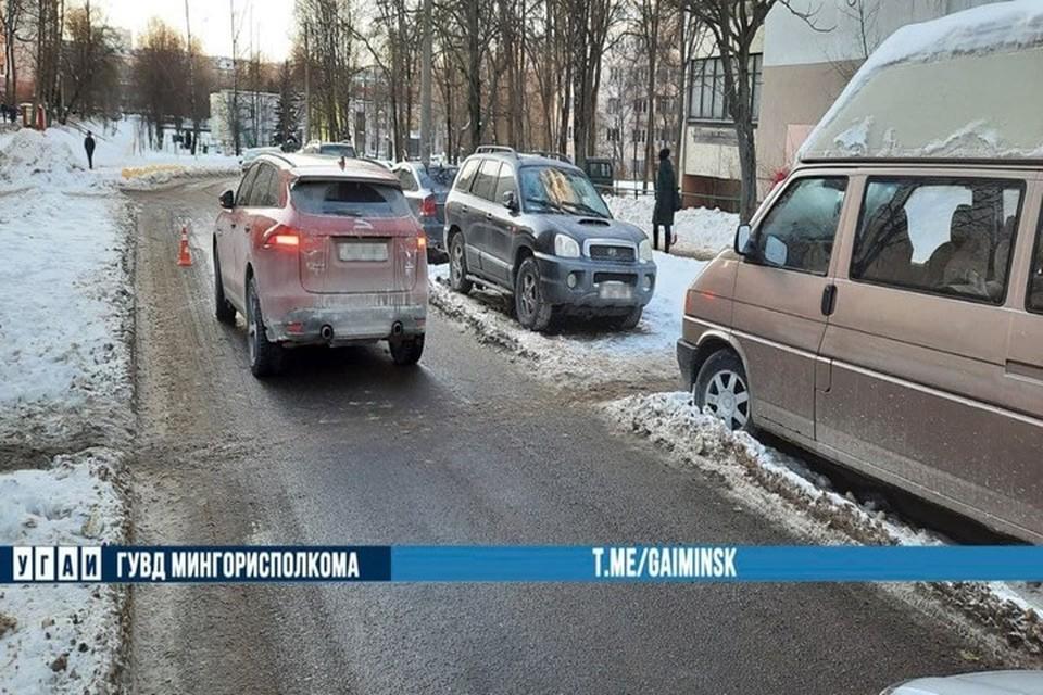 В Минске на Жудро 13-летняя девочка выбежала на дорогу из-за припаркованных авто, и ее сбила машина. Фото: телеграм-канал УГАИ ГУВД Мингорисполкома