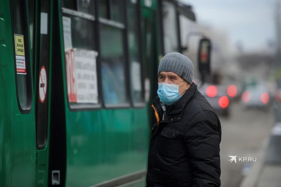 От масок пока в Свердловской области отказываться не будут
