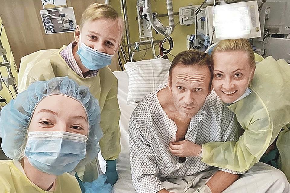 Весь мир облетело это фото как с плаката: Навальный с семьей в палате немецкой клиники. Фото: navalny/Instagram