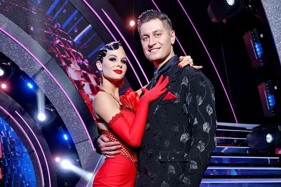 Поющей блогер Давид Манукян с партнершей по шоу «Танцы со звездами» Дарьей Палей. Фото: канал «Россия».