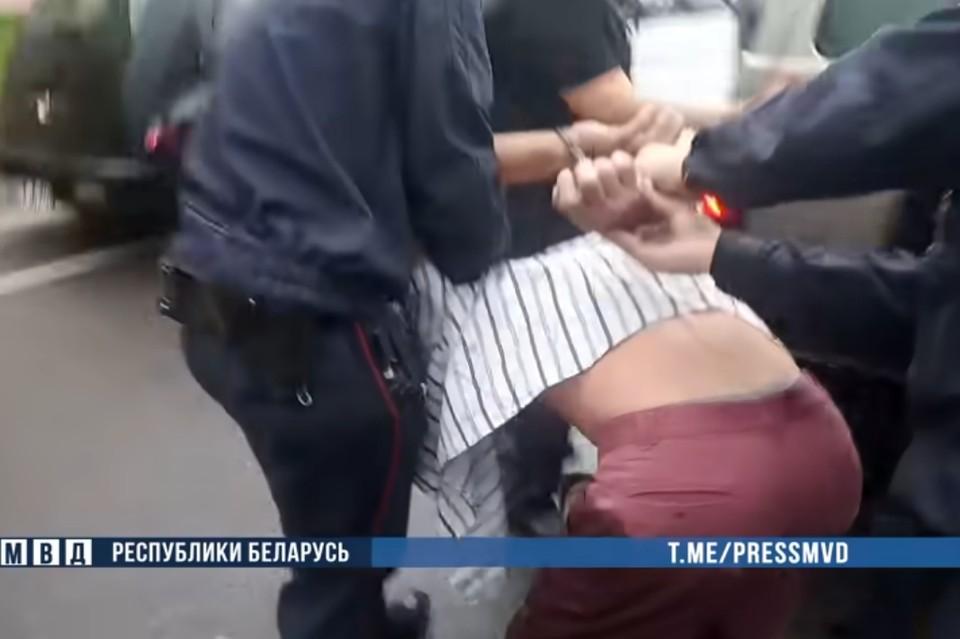 В Минске мужчину приговорили к 13 годам колонии за нападение на милиционеров. Фото: скриншот видео УВД