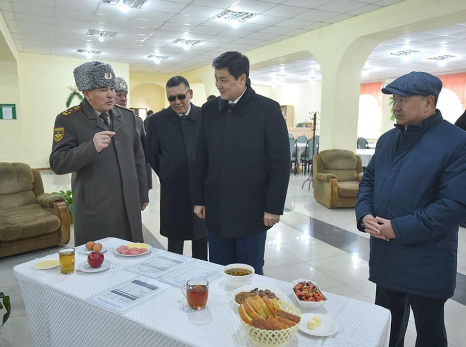 Премьеру показали, как кормят военнослужащих в части.