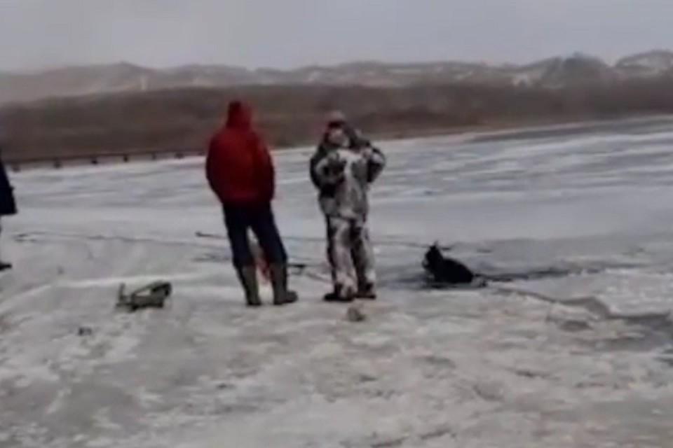 Автомобиль ушел под воду на реке Майхе в районе поселка Силинский. Видео: instagram \ newsbox24.tv