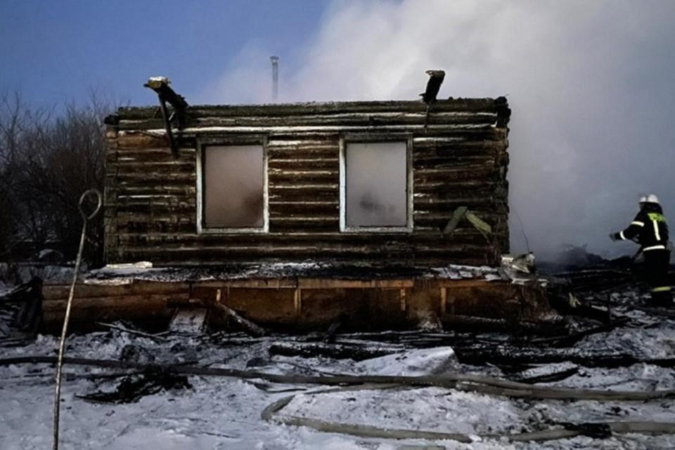 Мужчина уснул с сигаретой и сжег дом с двумя собаками внутри в ЕАО