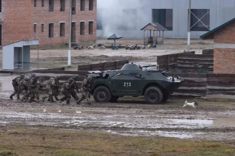На Яворовском полигоне «миротворцы» из 58-й бригады ВСУ отрабатывали наступление в городских условиях. Фото: facebook.com/JMTGUkraine/videos