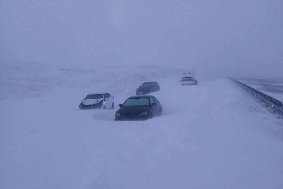 На трассах сегодня в снежный плен попали более тысячи человек.