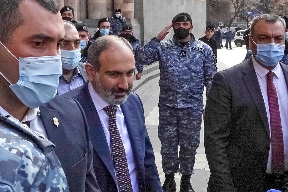 Премьер-министр Армении Никол Пашинян прошел маршем по центральной улице Еревана.