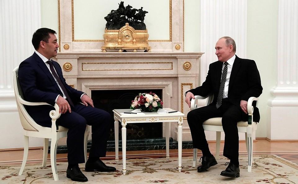 Qırğızıstan prezidenti  Sadır Japarov Putinə qılınc bağışlayıb