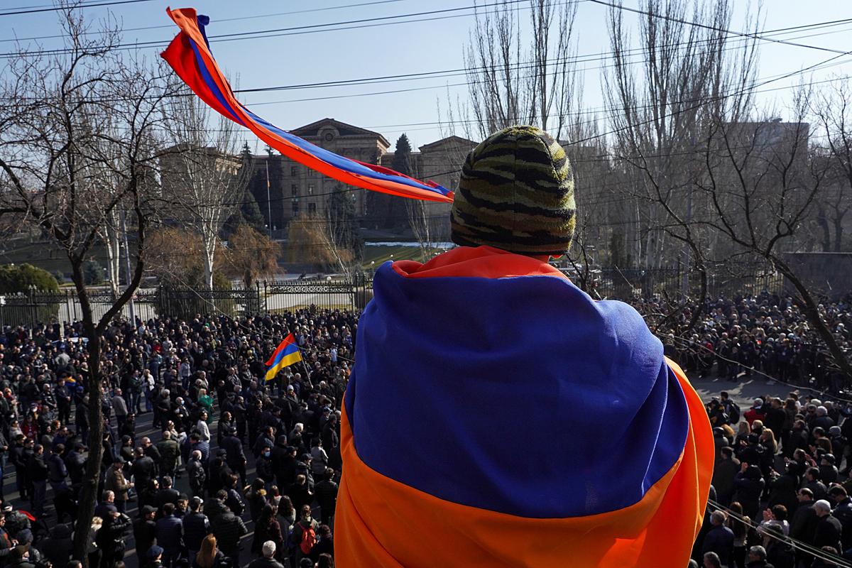 Ключевой вопрос сегодняшней армянской повестки повис в воздухе. А вместе с ним – и сам процесс свержения власт