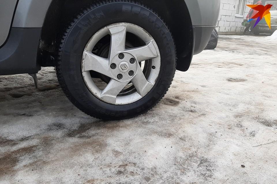 Белорусских водителей просят не торопиться менять зимнюю резину.