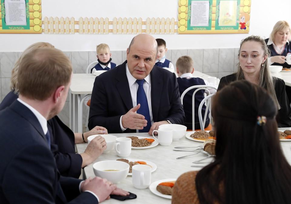 Премьер проверил на себе организацию горячего питания для младшеклассников. Фото: Дмитрий Астахов/POOL/ТАСС
