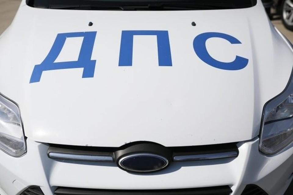 Инспектор ДПС на служебной машине сбил женщину, переходившую дорогу на красный свет.