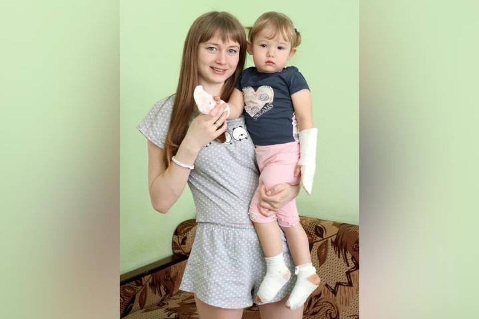 Первые дни после операции мама носила Софию на руках, но скоро девчушка снова стала бегать. Фото: сайт Ивано-Матренинской детской больницы.