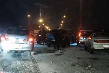 «18-20 разбитых машин, врезалась даже скорая». Во время снегопада в Приморье трасса превратилась в каток