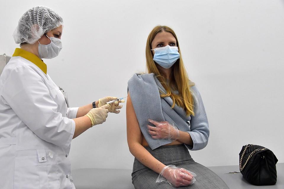 Людям с поллинозом прививка от коронавируса делается на фоне приема противоаллергических препаратов и под контролем врача.