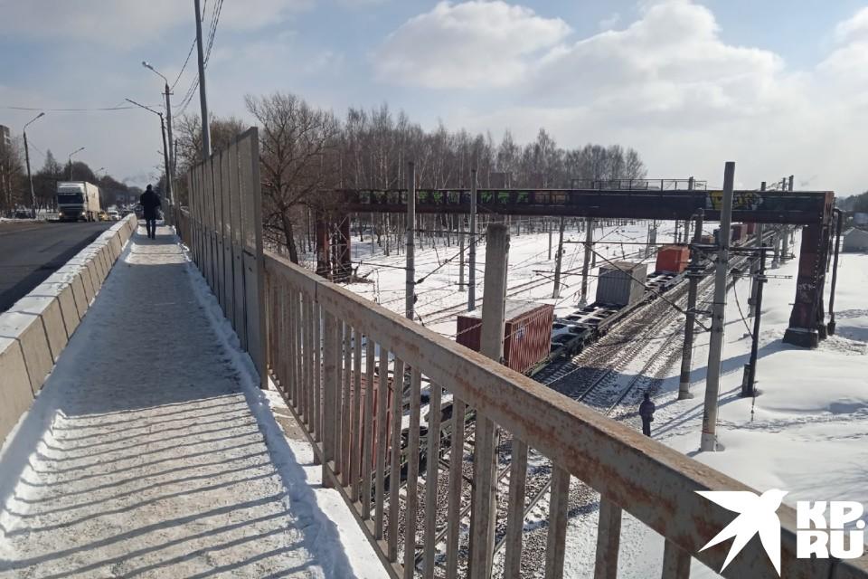 Горбатый мост пока живёт обычной жизнью, но вскоре тут развернётся стройка. Западный мост и развязки должны закончить в три года.