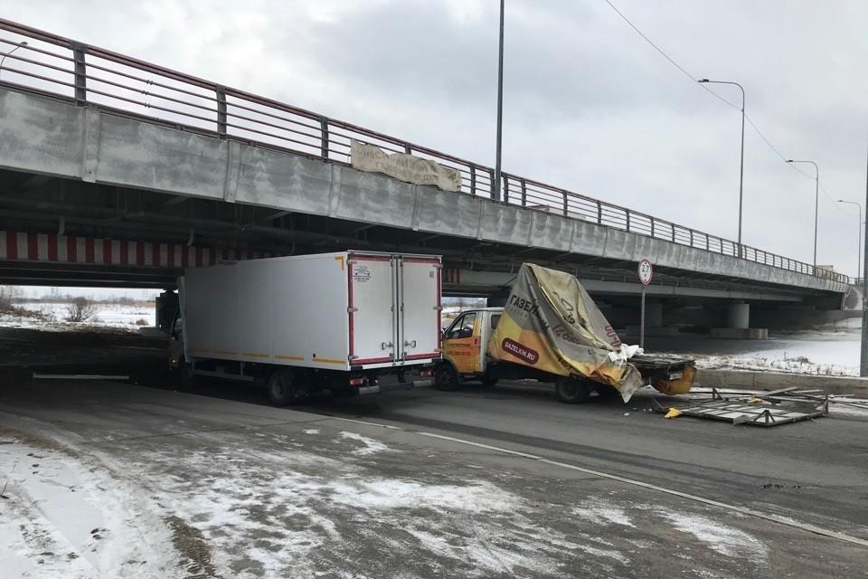 За 12 марта о Мост глупости поочередно разбились два грузовика. Причем второй уже видел первое ДТП. Фото: vk.com/spb_today