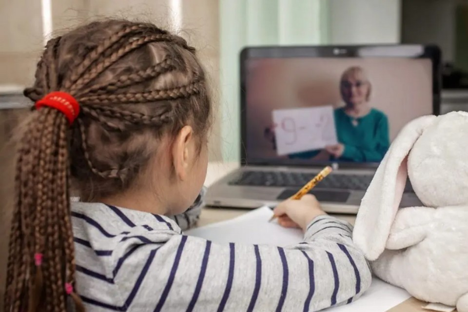 Учат дома. Фото kidsenglishpro.com