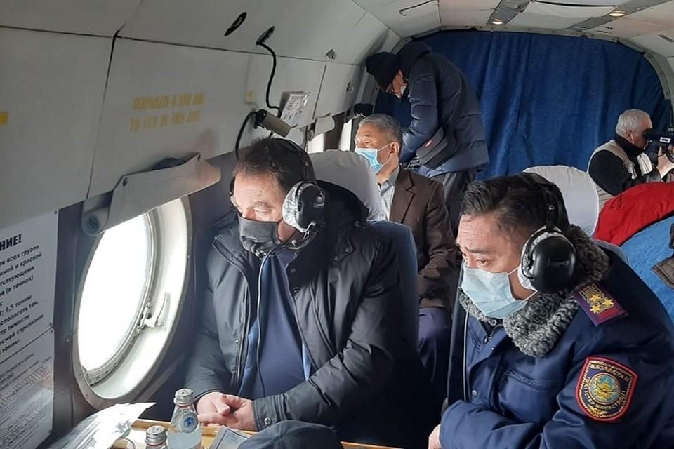 Во время облета глава МЧС с борта вертолета наблюдал за проведением взрывных работ по дроблению льда площадью 13 000 куб. м на реке Бухтарма.