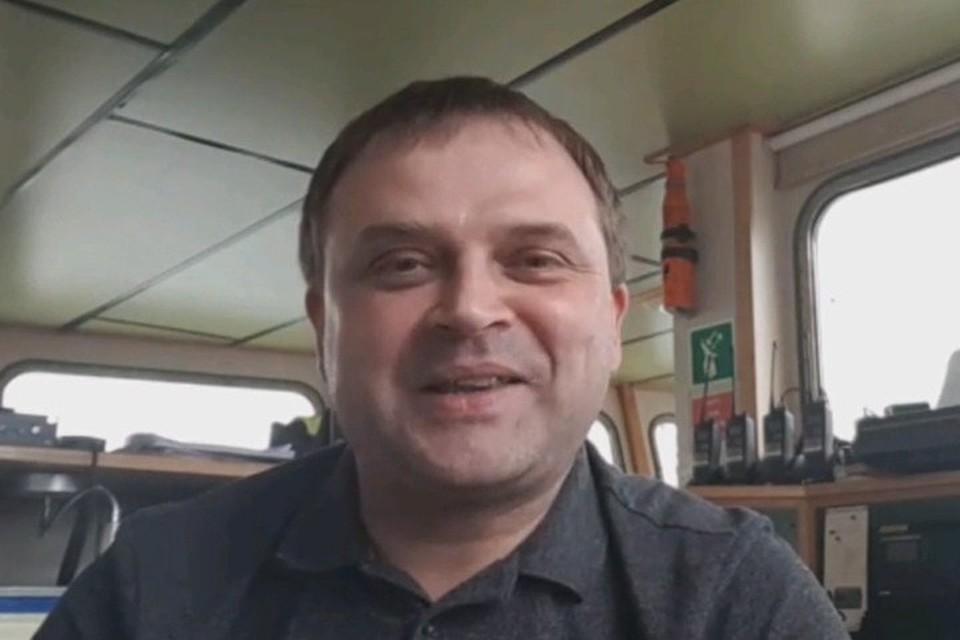 Сейчас Дмитрий в Англии в рейсе, который продлится еще 3 месяца. В июле-августе он с супругой и детьми хочет полететь в Томск на встречу к отцу.