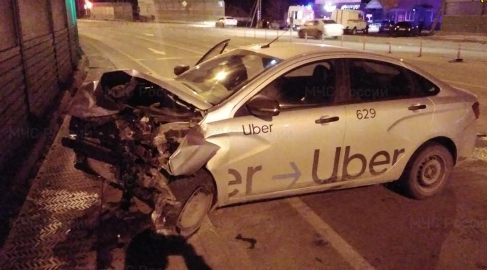 У автомобиля такси разбита вся передняя часть.