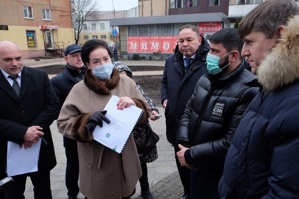 Елена Дятлова во время проверки улицы Рокоссовского.