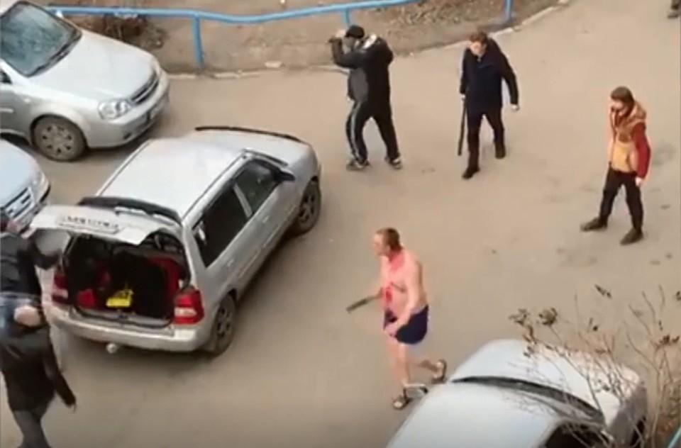 Агрессивный жилец дома выскочил во двор в одних трусах и принялся крушить все вокруг. Фото: 12 канал