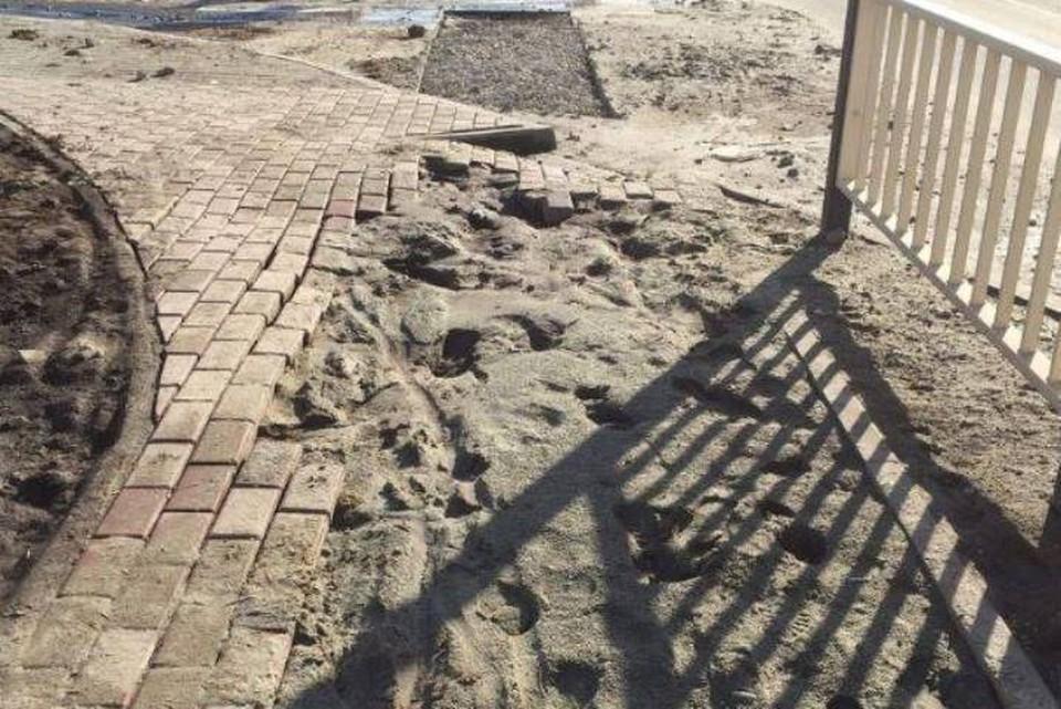 """В Брянске на улице Грибачева после зимы разрушился тротуар возле школы № 71. Фото: """"Типичный Брянск""""."""